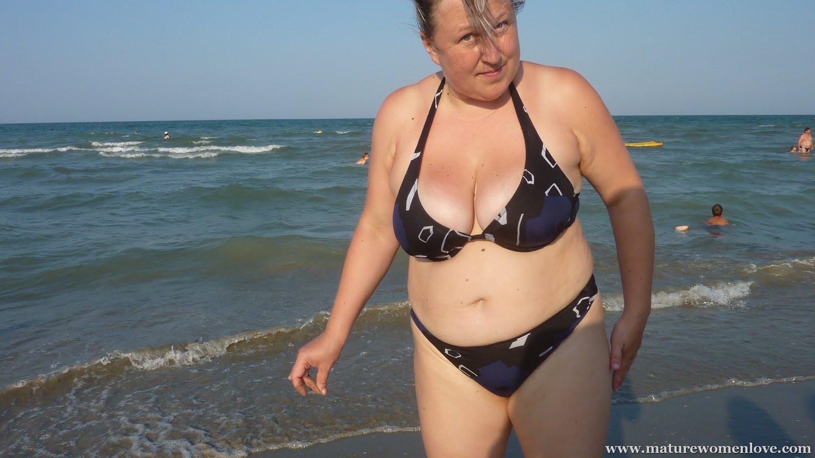 Beauteous plumper Taylor Steele denudes fat boobs from bikini on the beach № 28676 бесплатно